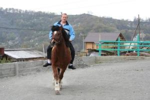 Сам Добежин на коне.